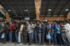 People queue up as they wait for an aircraft to evacuate to their country at Nepal's Tribhuvan International Airport a day after a 7.9 magnitude earthquake, in Kathmandu, Nepal April 26, 2015. Photo by Athit Perawongmetha/REUTERS